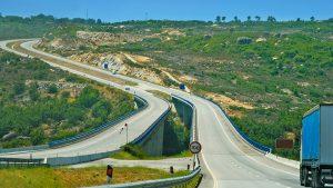 En bild från det krisande Portugal- tomma motorvägar. Är det så här det kommer att se ut i Sverige och Stockholm också, lagom till Förbifarten invigs med en cykelparad med 10.000 cyklar?
